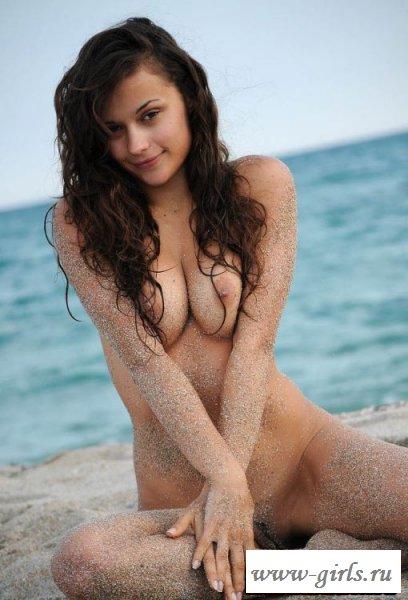 Вызывающие позы голой тёлочки на пляже - фото