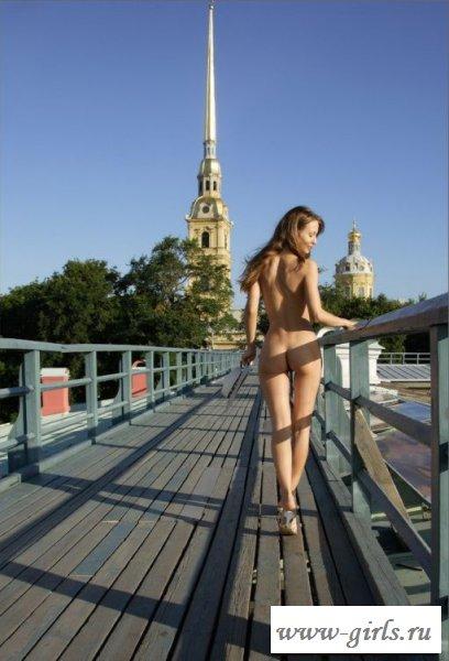 Раздетая проказница гуляет на улице без одежды - фото