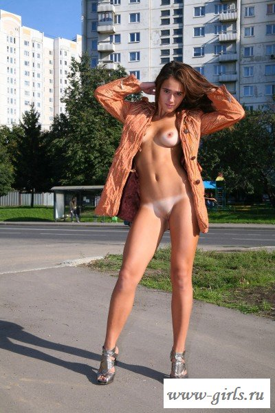 Перед нами голая малышка на улице