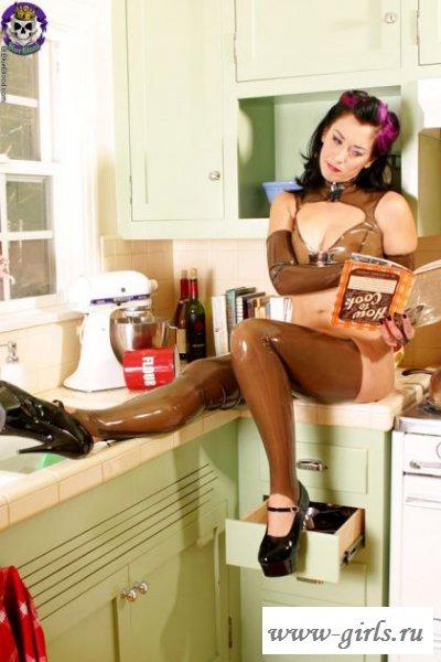 Девушка в латексе на кухне