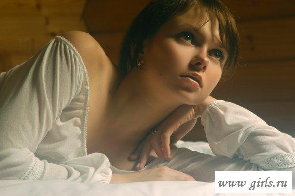 Голая волосатая киска девушки на кровати