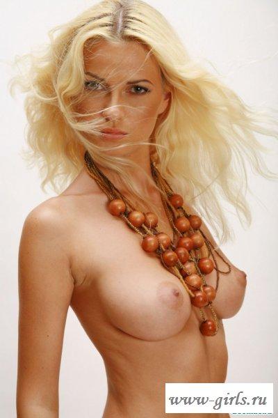 Голая красивая грудь девушки