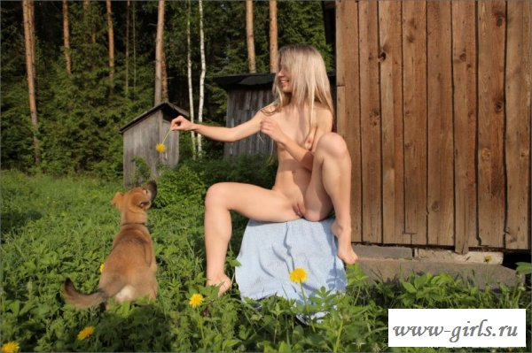 Красивая голая попка девушки на природе