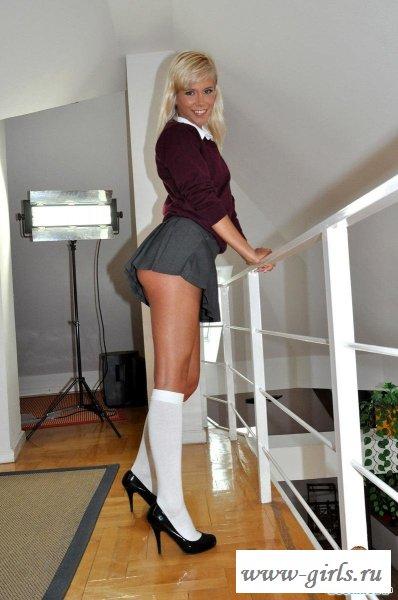 Девушка голая под юбкой