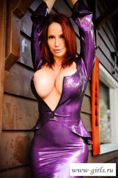 Красивая девушка голая в латексе