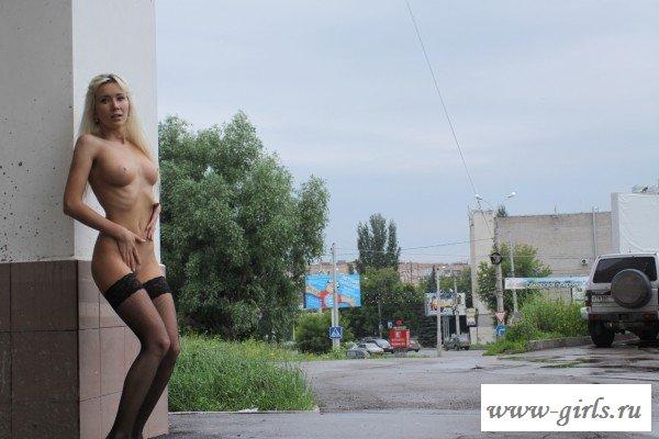 Соблазняет голая стервочка на улице