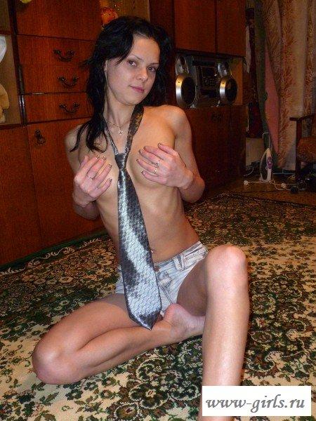 Искушает голая девушка дома