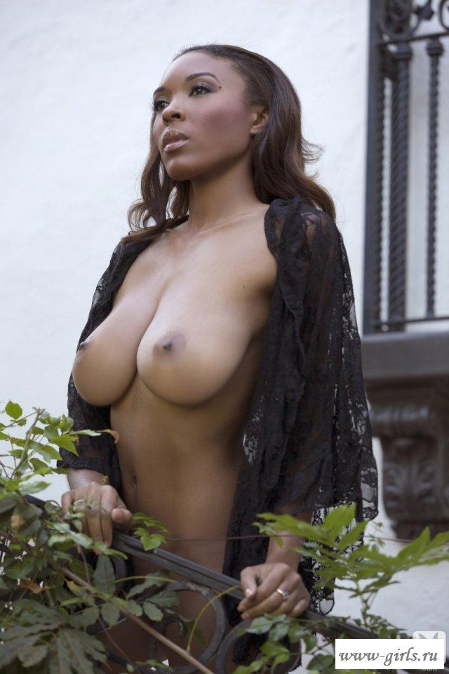 Голая негритянка и её красивая грудь