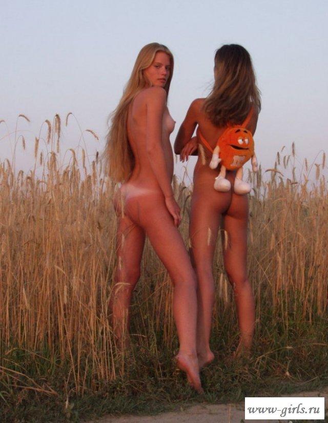 Эротика на поле девчат с маленькой грудью (15 фото)