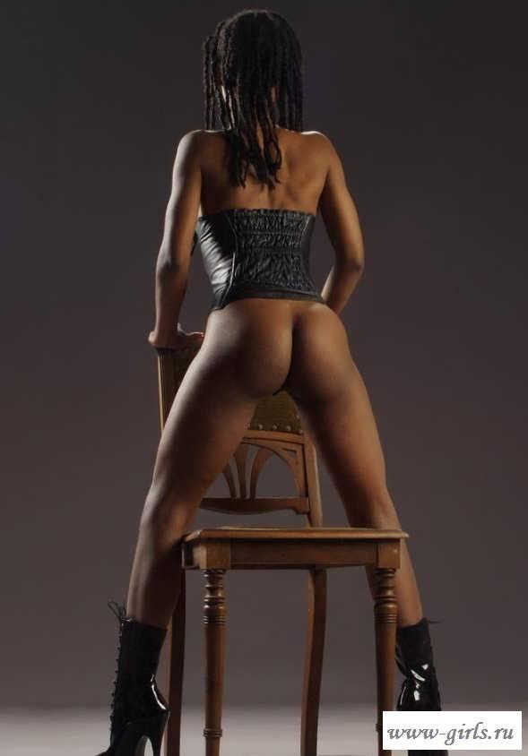 Раздетая мулатка в масле с торчащими сосками (20 фото эротики)