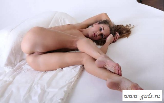 Раздетая девка с аппетитной писей (45 фото эротики)
