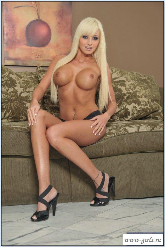 Голая блондинка поражает своей красотой