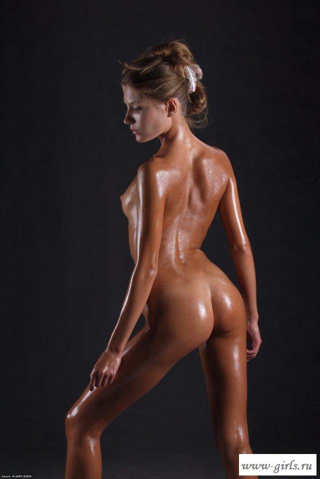 Загорелая телка предлагает рассмотреть голое тело