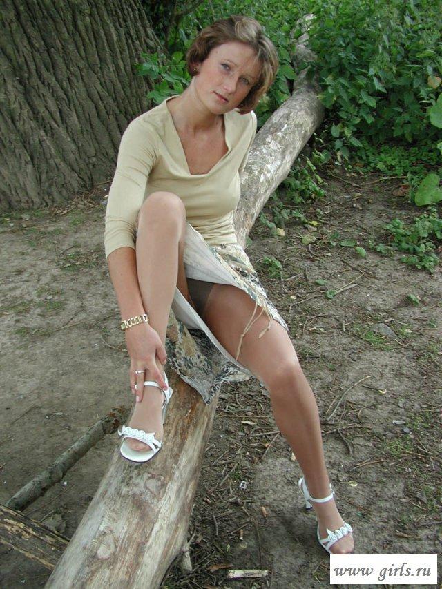 Взрослая немецкая женщина эротично раздвинула ноги