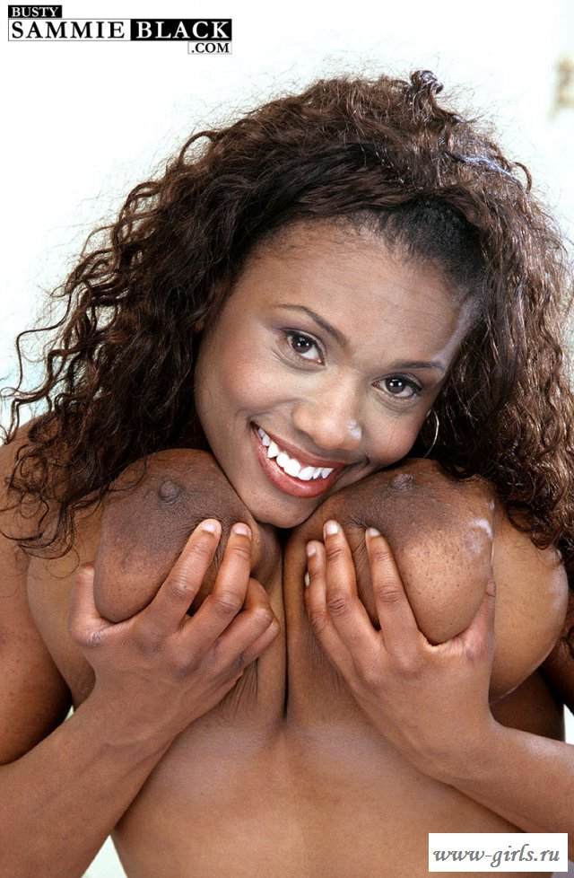 Красивая дама разделась догола и показала внушительных размеров буфера