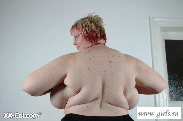 Толстая грудастая баба хочет продемонстрировать обнаженные формы