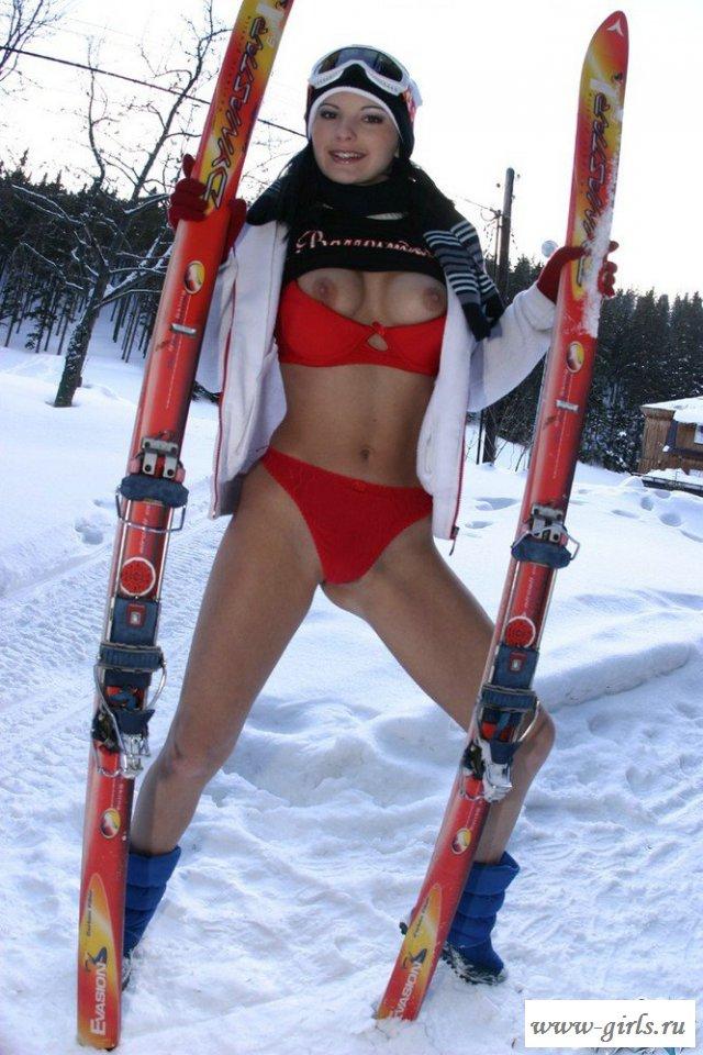 Лыжница оголилась на снегу