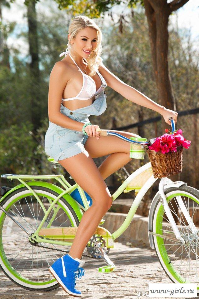 Пластичная велосипедистка оголяет шикарное тело