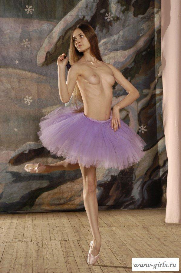 Худенькая тёлочка танцует обнаженной на сцене