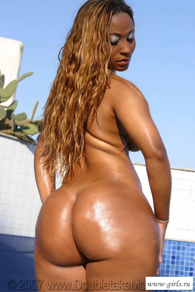 Голая бразильянка сверкает жопой