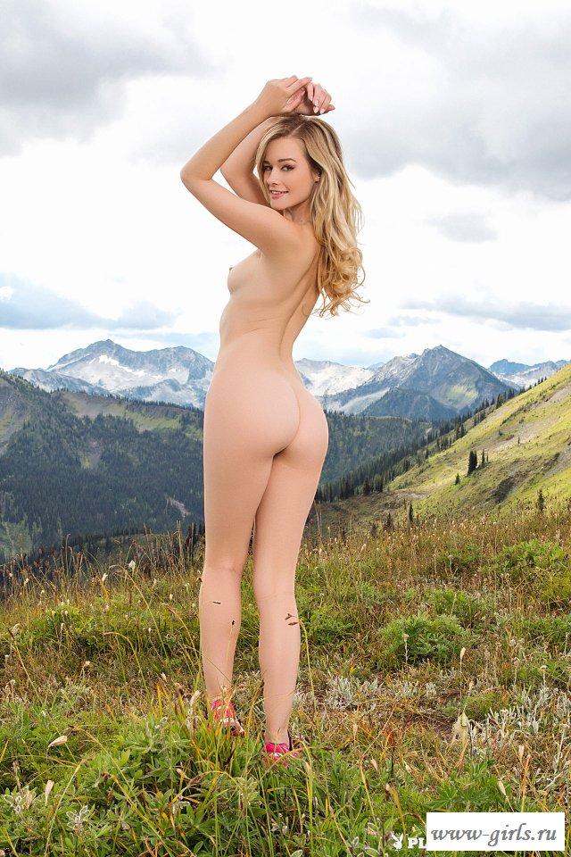 Велосипедистка обнажилась в горной местности