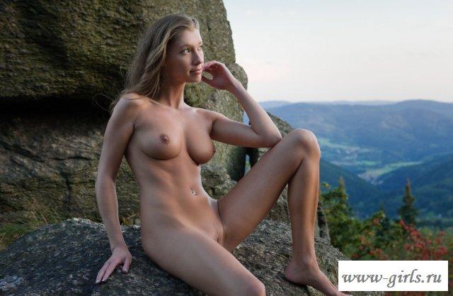 Голая красотка позирует в горах (картинки)
