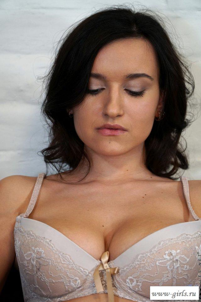 Домработница светит голым телом