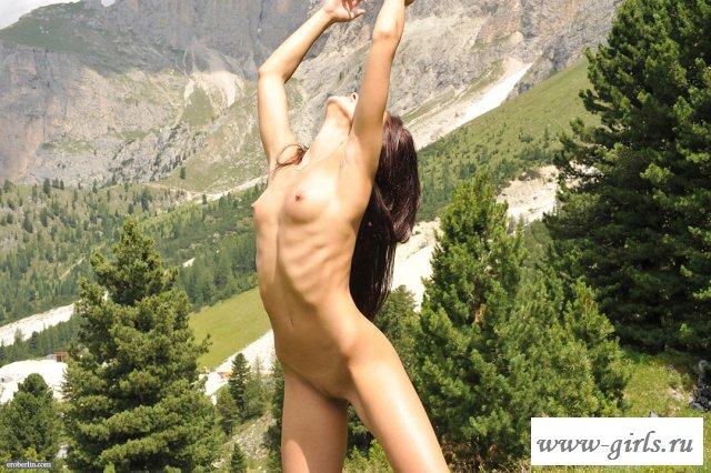 Раздетая гимнастка светит телом на склоне