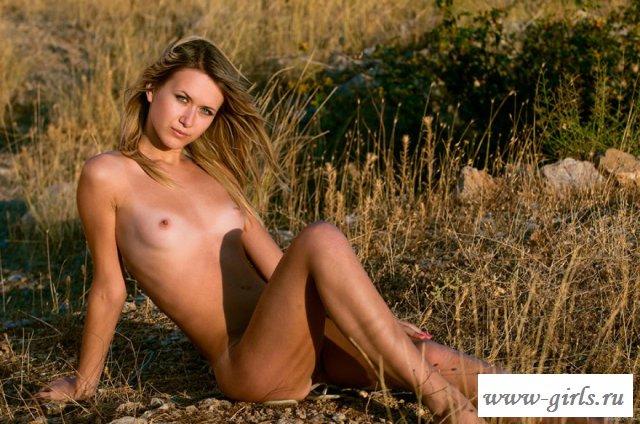 Эротические фото телки в горной долине