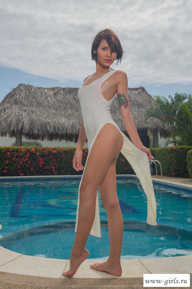 Эро фотки тощей девушки в бассейне (картинки)