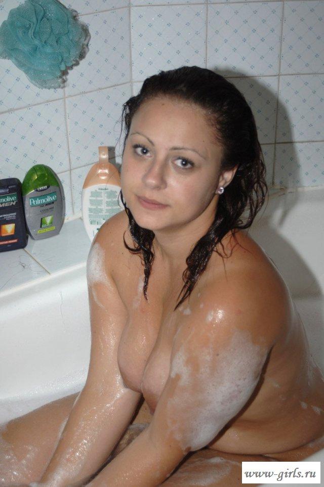 Фото обнаженной бабы в ванной с пеной