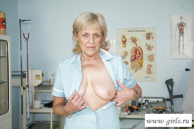 Раздетая и пожилая медсестра забыла, что на работе