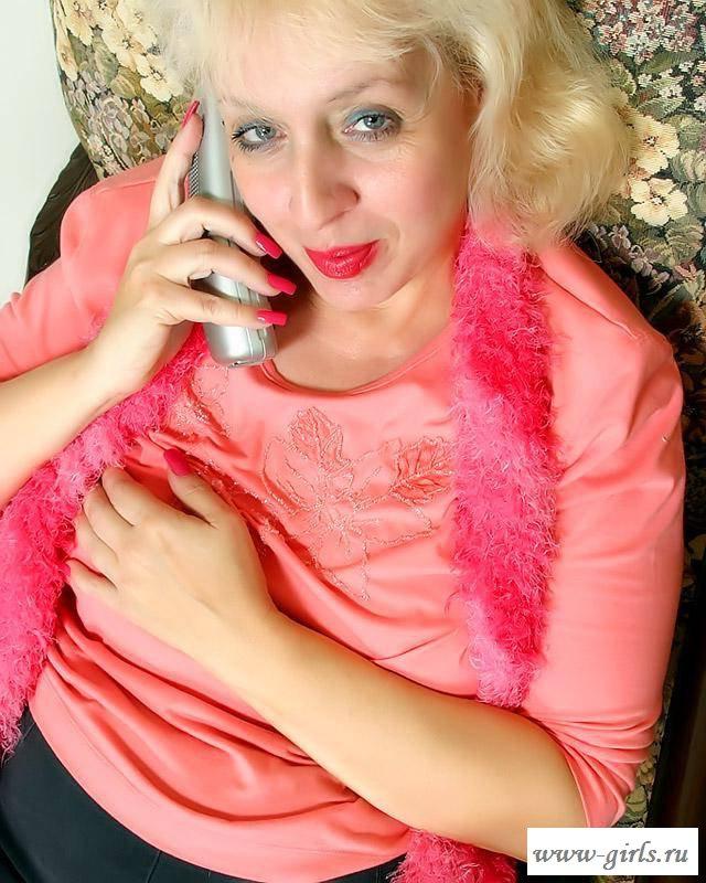 Раздетая бабка с кем - то говорит по телефону (фото)