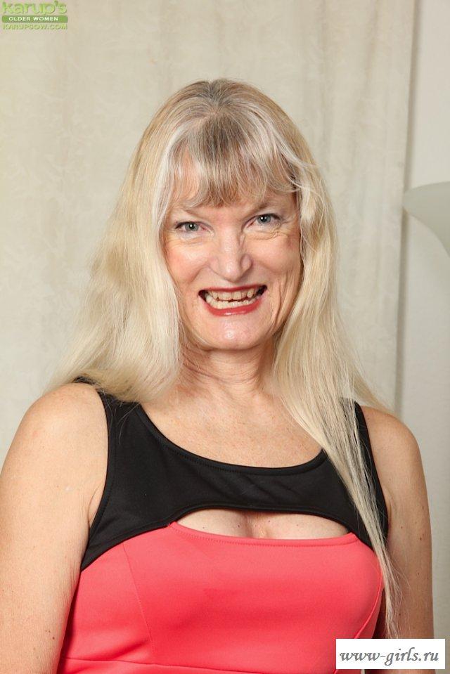 Эротичная и очень зрелая баба задрала сексуально платье
