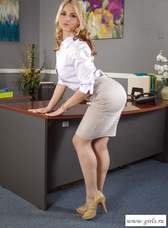 Голая секретарша с изящными ногами и упругими сиськами