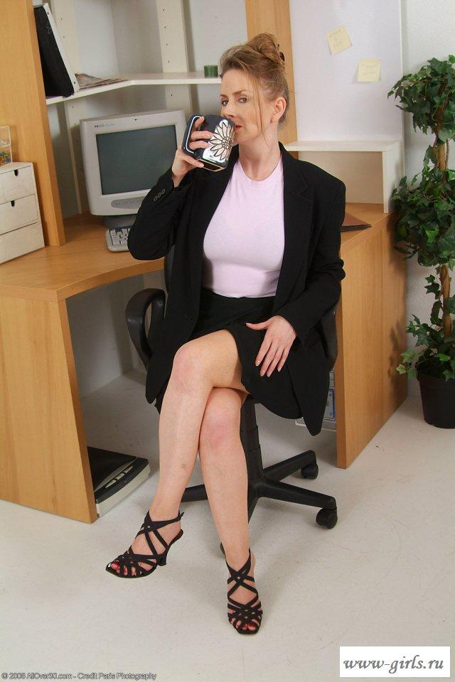 Достаточно взрослая секретарша собирается идти домой