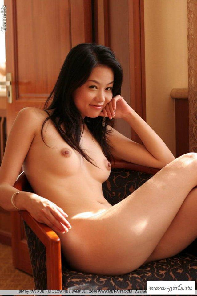 Обнаженные сиськи очень красивой молодой девушки