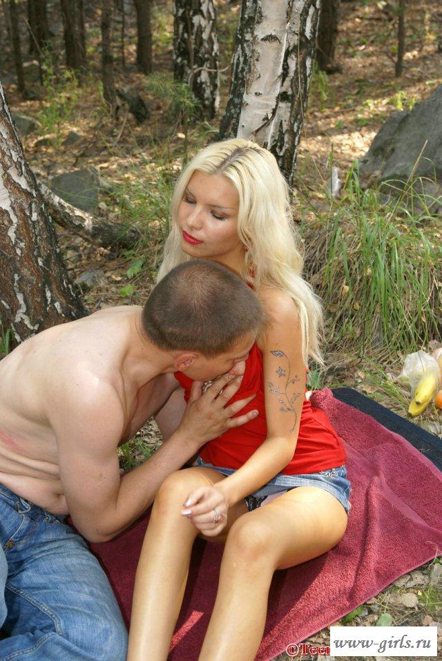 Красивое порно с блондинкой на фоне природы