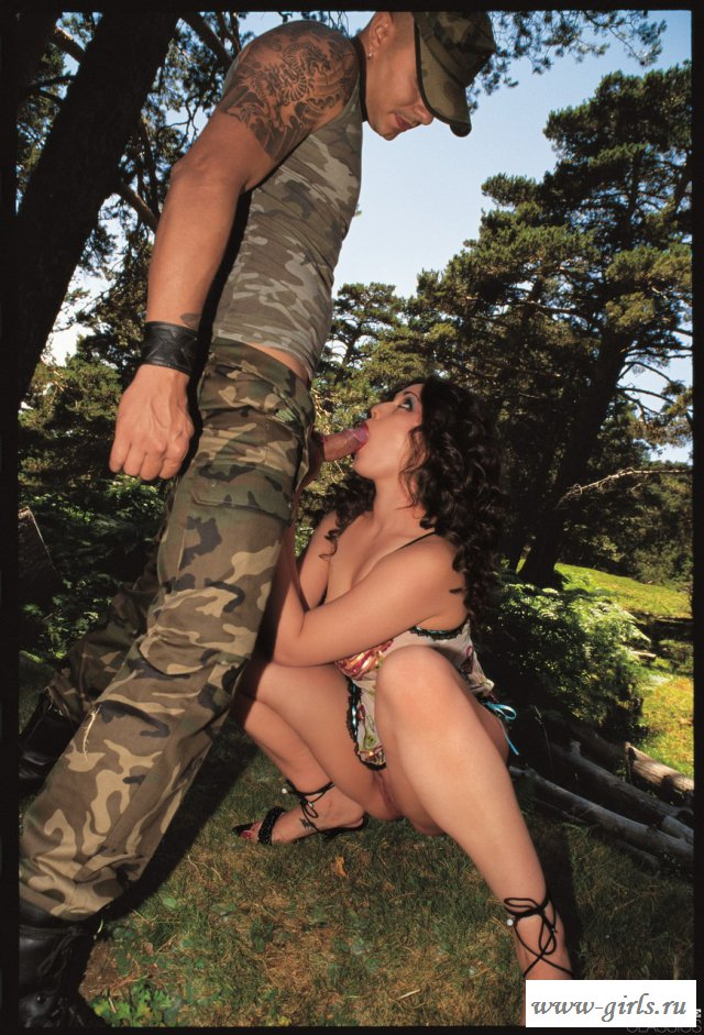 Солдат устроил порно на улице с кудрявой брюнеткой