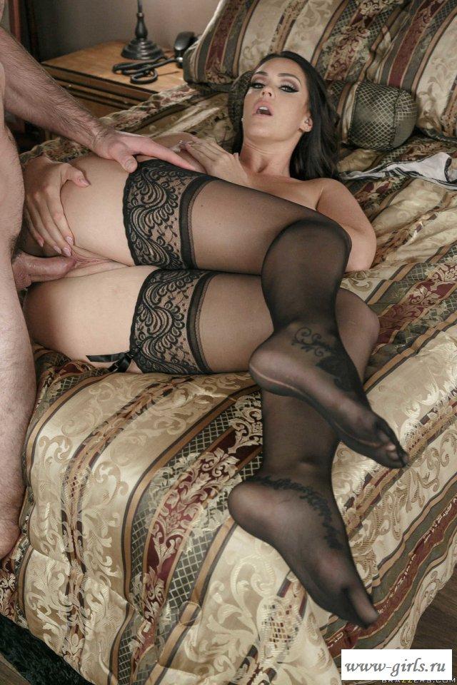 Грудастая брюнетка устроила с мужем порно дома