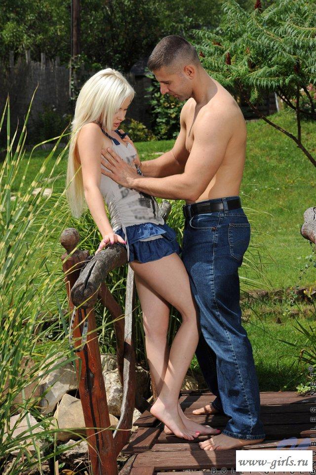 Парень с блондинкой на природе устроили порно под юбкой