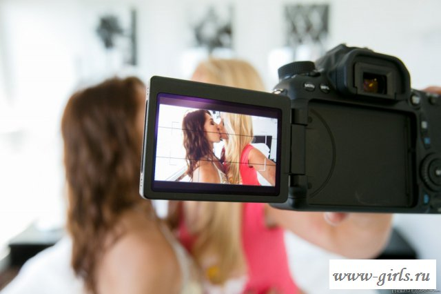 Голые девушки снимают порно видео