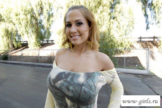Порно с сочными сиськами Alanah Rae
